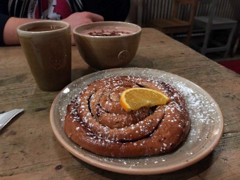 Kanelbulle kaffekoppen kahvila Ruotsi Tukholma Fika Interrail kanelipulla