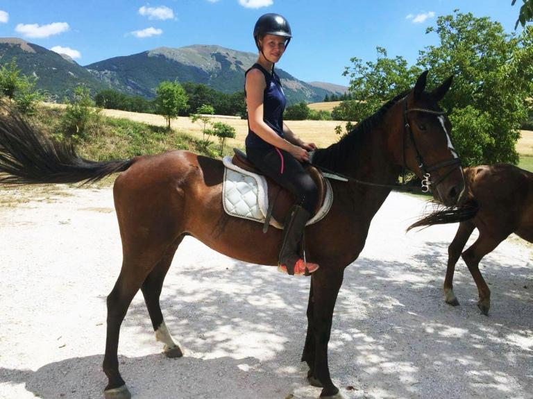 Kuvitus_Junalla Italiaan maata pitkin Costacciaro Italia ratsastus harrastukset