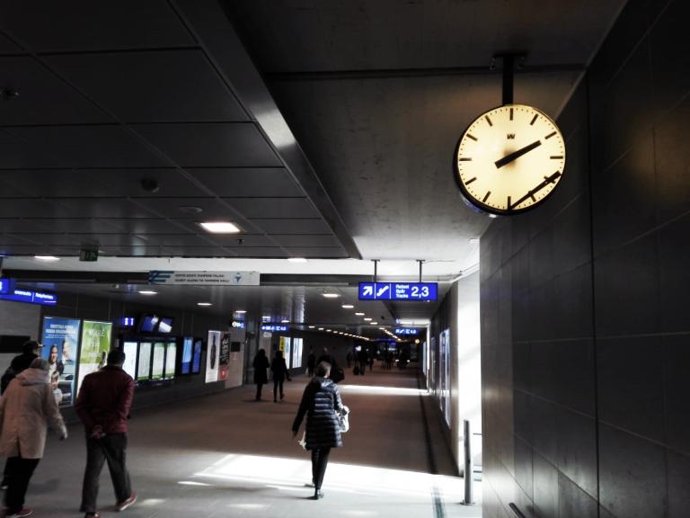 Kuvitus_Junalla Italiaan maata pitkin kello Tampereen rautatieasema.jpg