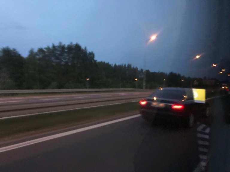Hetkeen pysähtynyt Bussilla Tallinnasta Berliiniin Yöllinen mottoritie Puola